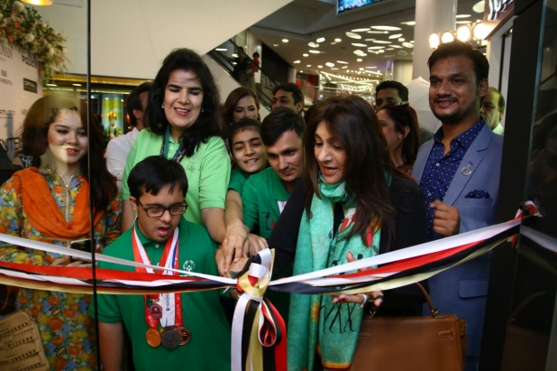 Ms. Ronak Lakhani alongwith the special olympics Pakistan Team innaugrating the store (1)